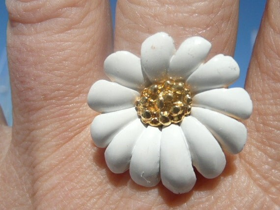 Annie cocktail ring - cute white and goldtone flower statement ring - eco friendly repurposed vintage