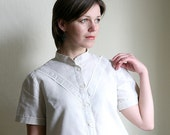 SALE - 1970ies Grey  Linen Blouse with Lace ribbons
