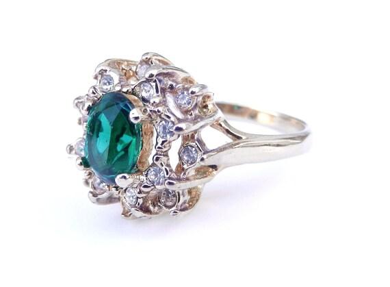Green Rhinestone Ring -  Vintage Size 8 Gold Tone Vintage Costume Jewelry / Emerald Burst