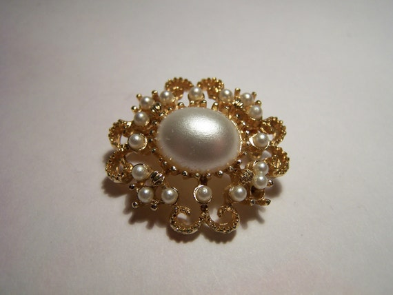 Vintage 1950s Gilt Gold Faux Pearl Brooch Filigree Setting Jewellery Fashion