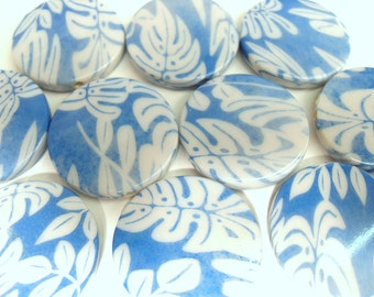 10x Disc Beads 31mm Leaf Patterned Blue and White Beads