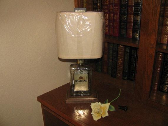 Articoli simili a Lampada da tavolo di bottiglia DISARONNO con arpa & Fin...