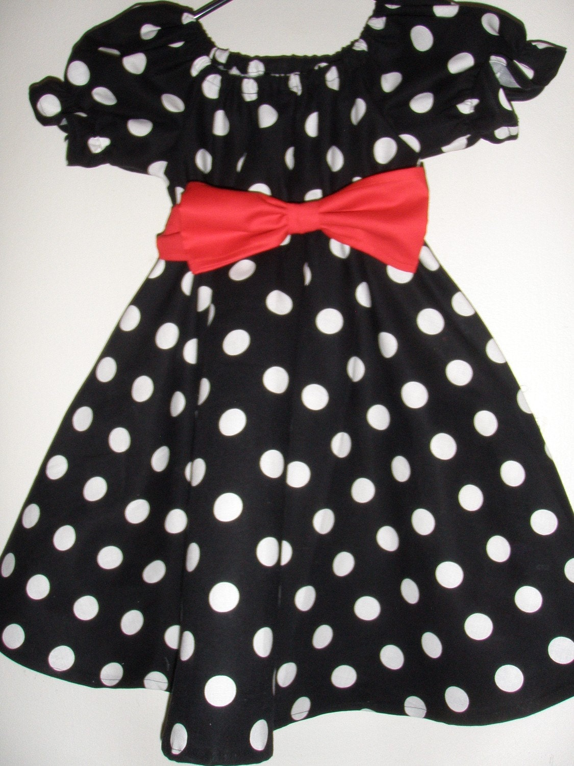 The DIY No Sew Minnie Mouse Costume! Black long sleeved shirt, black tights, pink shoes, and white gloves Now dress up your little Minnie Mouse with the black undershirt, black tights, pink shoes, and white gloves (if she will let you) and be prepared for a lot of squeals and excitement!