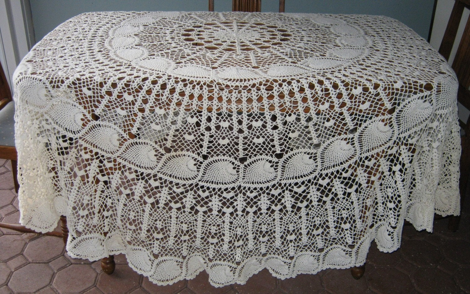 VINTAGE CROCHET ROUND PINEAPPLE PATTERN TABLECLOTH LIKE NEW