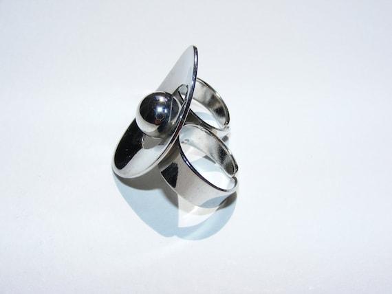 Mod knuckle ring 1960's . Large silver metal Modernist Orb. Statement Piece. Unworn Vintage.