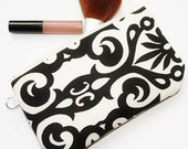 Small clutch in black and white