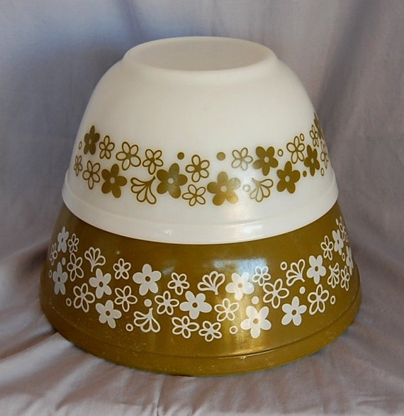 Vintage Pyrex Mixing Bowls Spring Blossom or Crazy Daisy Green Flowers 402 and 403 the 2 in the middle Nesting Bowls for your Retro Kitchen