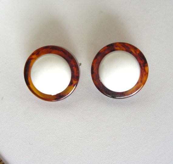 CASTLECLIFF Bakelite & White Plastic Earrings
