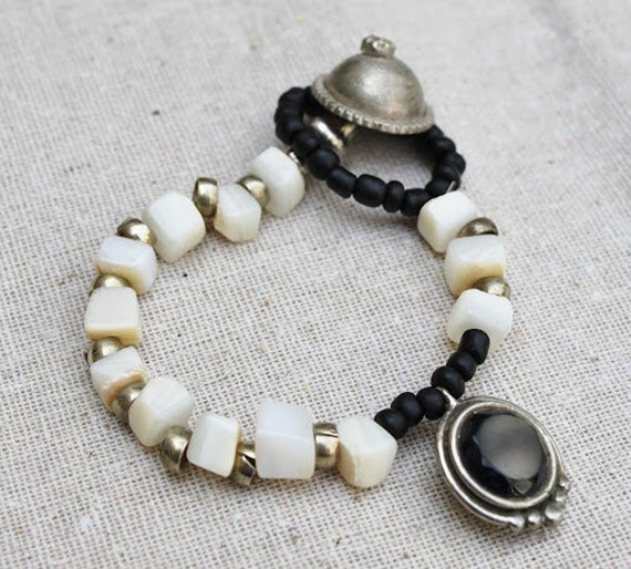 Elastic ethnic beads bracelet in Ivory shell beads and black seed beads/eclectic/nomadic/hippie/flea market finds /Boho chic /one of a kind