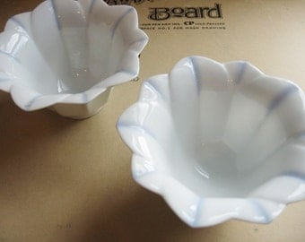 2 vintage flower shaped porcelain bowls