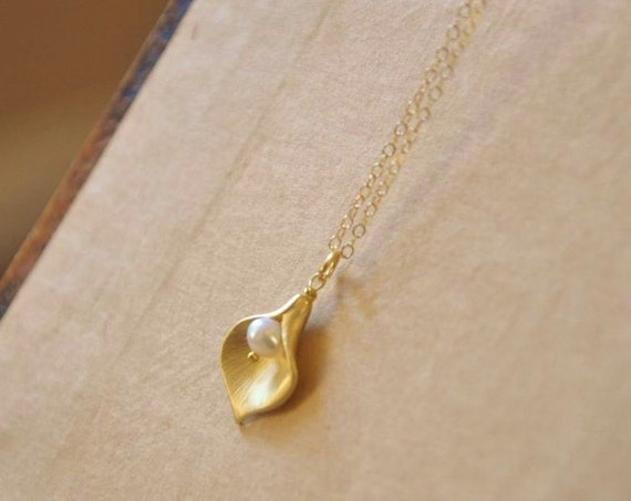 Gold Calla Lily Necklace with White Freshwater Pearl/ Calla Lily Flower/ Dainty Gold Necklace/ Feminine Necklace/ Wedding Necklace