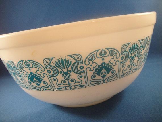 Pyrex Horizon Pattern White and Blue 2 1/2 quart Serving Bowl
