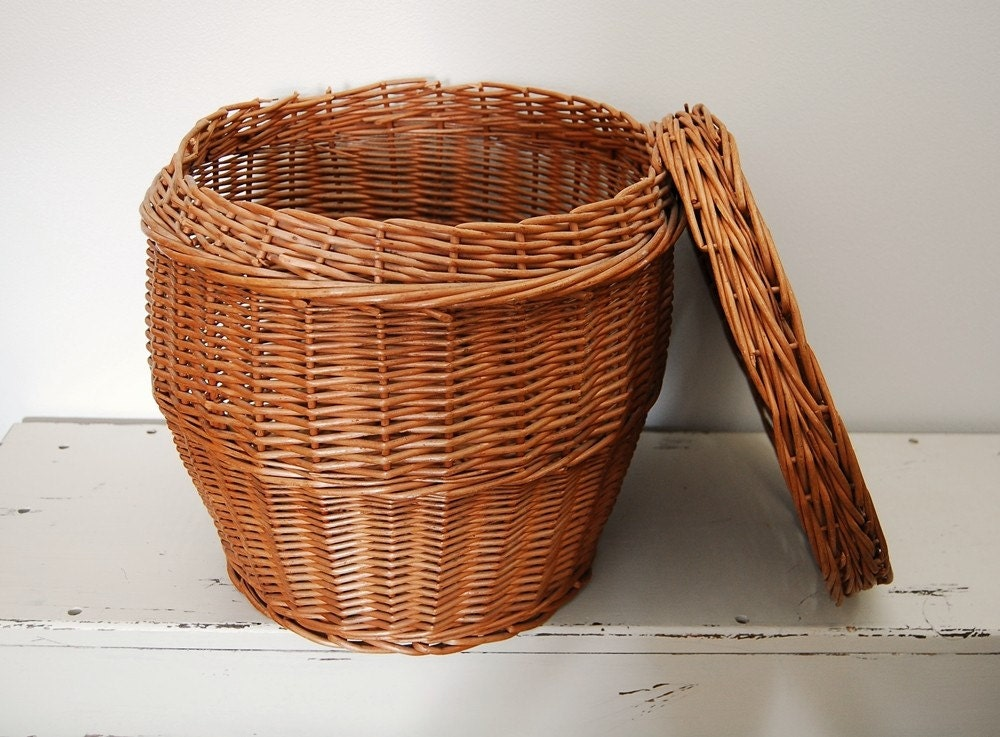 vintage round wicker basket with lid. Black Bedroom Furniture Sets. Home Design Ideas