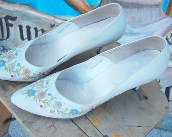 Vintage 1950's Leather Embroidered Kitten Heel