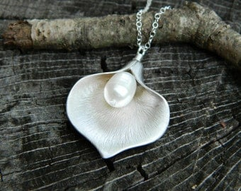 Calla Lily Necklace, Mother of Bride Gift, Personalized Bridesmaid Gift,  White Pearl Necklace, Bridesmaid Necklace, Mother's Necklace