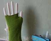 UPCYCLED CASHMERE FINGERLESS GLOVES / short lime with yellow buttons