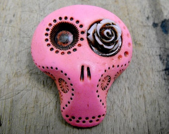 Sugar skull brooch in hot pink with a lovely rose his eye. Brooch, keychain, pendant or magnet (you choose)