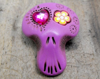 Fuchsia sugar skull with hippie eyes: a deep pink heart and a cute flower. Brooch, keychain, pendant or magnet (you choose)