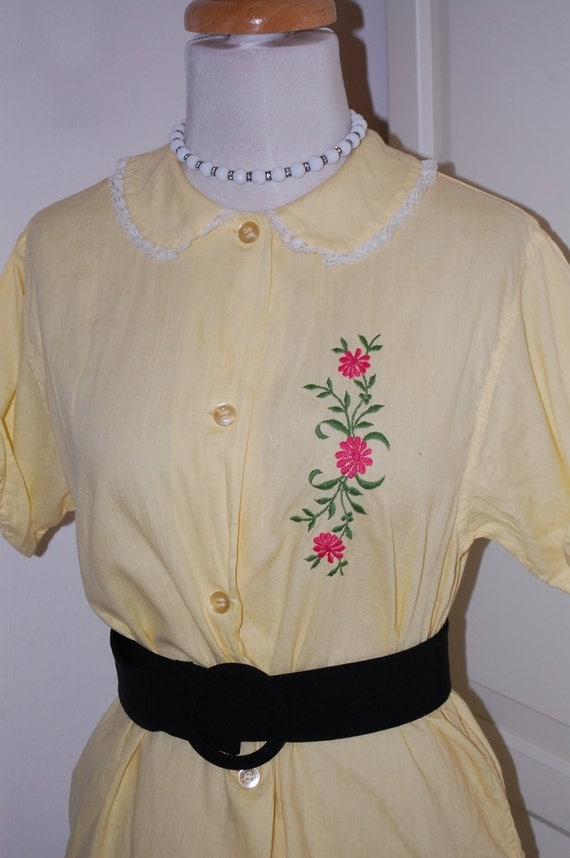 50s Blouse, Yellow, Cotton, Embroidered Flowers, Lace Trim, Short Sleeve, Shirt, Top, Size Medium