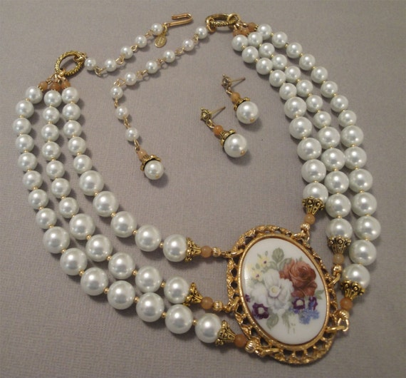 Pearl Necklace Styles: Items Similar To Cameo Pearl Necklace Set Victorian Style