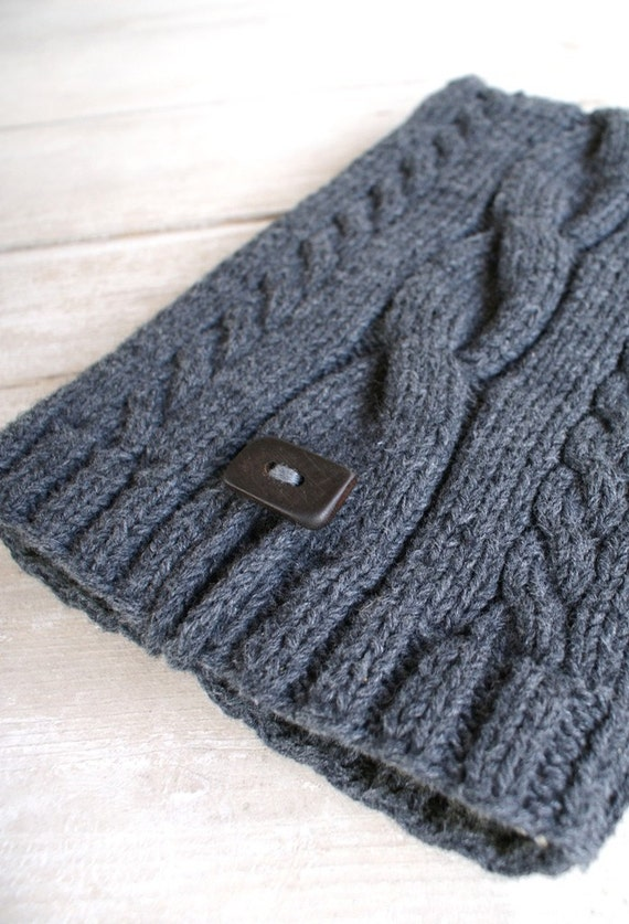 Laptop sleeve for 15 inch Macbook/ knited/ handmade wooden button