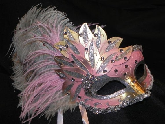 foto de Pink Showgirl Feather Masquerade Mask