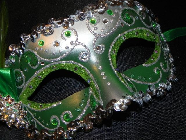 foto de Emerald Green and Silver Feather Masquerade Mask Made to