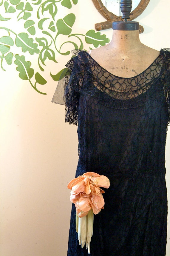 1920s Vintage Lilly Lace Dress (Small-Medium)