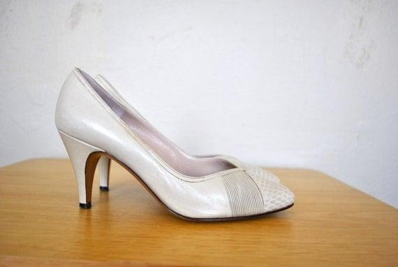 SALE   Bruno Magli Heels / White Vintage Heels / Small Vintage Pumps / Size 5.5 Bruno Magli Vintage Heels / Designer Vintage Heels