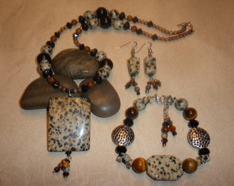 Pre-Summer Sale! Stunning Pebbles and Sand Necklace Set