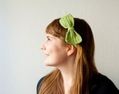 Crocheted headband with a bow - green