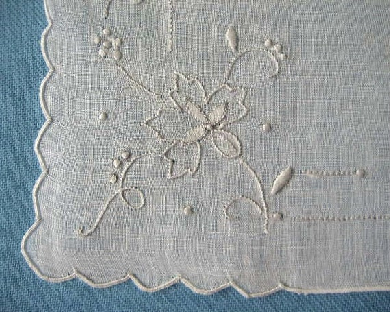 VINTAGE HANKIE, Wedding White Linen, Madeira, Delicate White on White Floral Embroidery & Applique, Scalloped Corners, Hand Rolled Hem