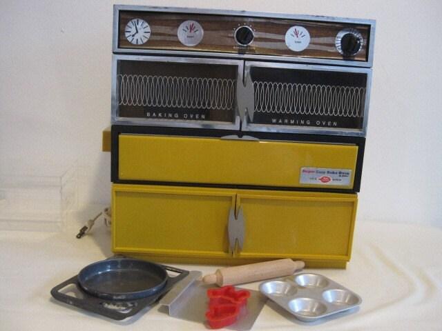 Vintage Harvest Gold Super Easy Bake Oven