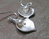 Calla lily dangle earrings - silver - lily- floral - pearl - bridesmaid gift - wedding party - wedding jewelry