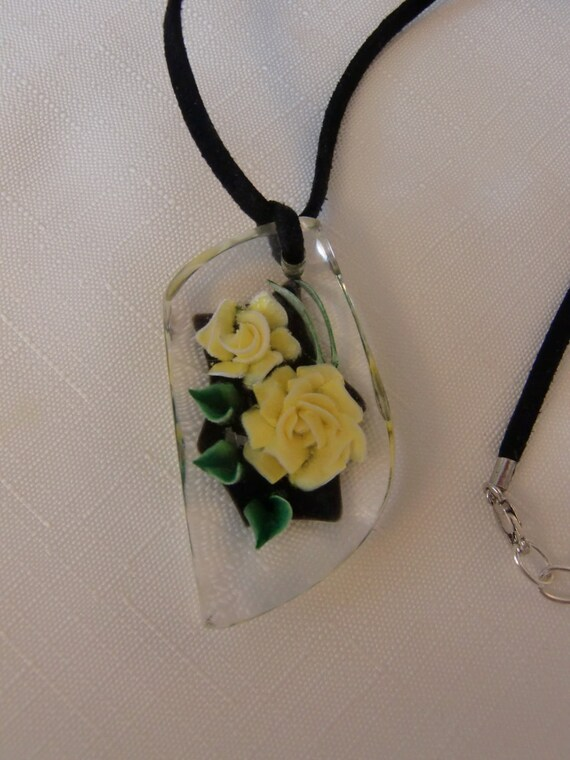 Vintage REVERSE CARVED Yellow Rose Flower & Green Leaf Lucite Pendant Choker Necklace