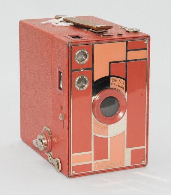 Vintage Kodak BEAU BROWNIE 2a Camera Pink/Rose Walter Teague Design