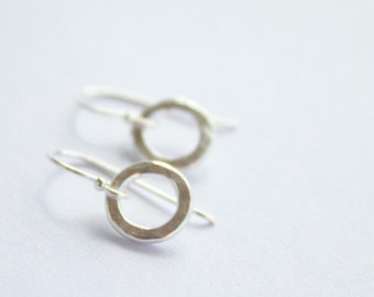 Silver circle earrings, modern hammered small circle earrings, simple circle earrings