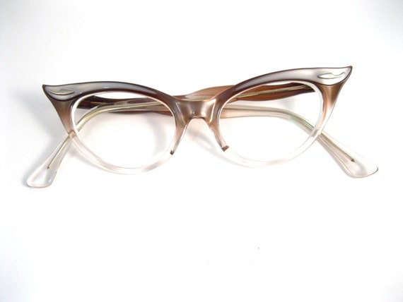 pale pink lilac super pointy cat eye glasses. very unique. retro B&L bausch and lomb brand. 46 18.