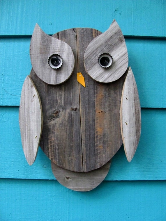 Owl wall hanging made of recycled wood
