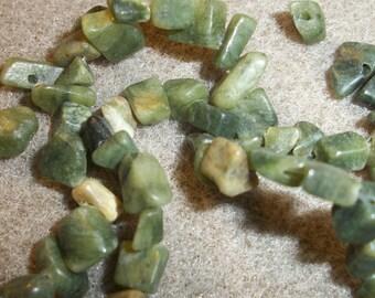 serpentine (natural), small chip, Sold per 15-inch strand