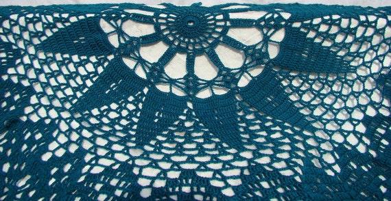 Teal starburst queen-sized circular crocheted afghan