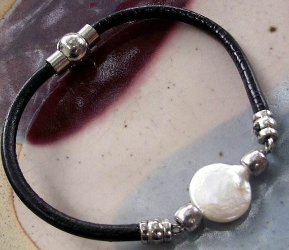 Pearl leather bracelet with magnetic closure by Evas jewellery
