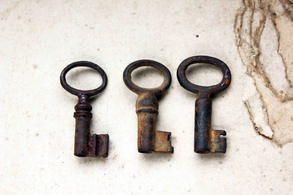 French antique skeleton key - lot of 3 oval open headed keys - rustic genuine patina