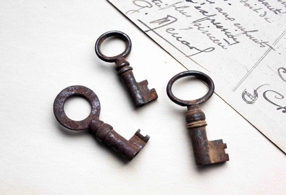 French antique skeleton key - lot of 3 oval and round open headed keys - rustic genuine patina