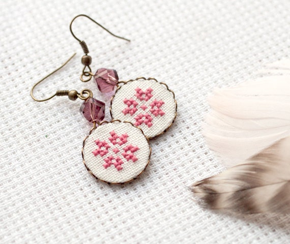 Dusty pink cross stitch earrings with Czech beads - Ethnic collection e002pink