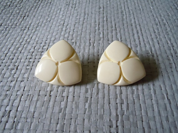 40's Earrings/ Beige Celluloid Clip ons, Etched Design, Bakelite style/ Deco