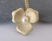 Flower necklace in gold