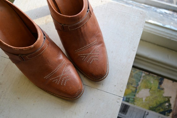 70s brown leather stacked wood heels / mules / clogs /// size 7