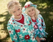 Little girl's raincoat, turquoise, red and white daisy-patterned, size 5-6 (BPA-free original design)