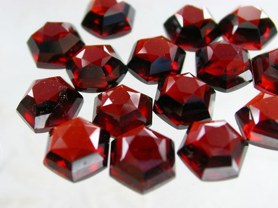 ReDuCeD PrIcE GARNET. 2 Pieces. Top-Faceted Hexagons. 8 mm (ref.GA11)